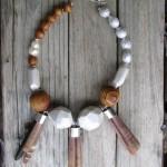 Colier Summer State din lemn pictat manual, samburi de piersica salbatica, perla de cultura, metal si arici de mare