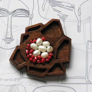 Brosa Mecano_din lemn, metal, perle de cultura, raina si coral
