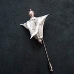 Brosa Ondine White din Trapa Natans pictat manual, metal si perla de cultura_INDISPONIBIL
